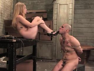 Un homme est l'esclave sexuel d'une jolie blonde