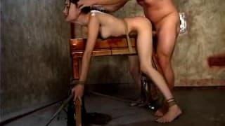Une jeune brune attachée et soumise à un homme