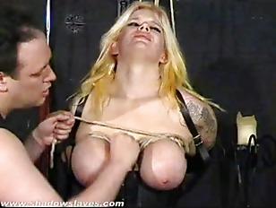 Blonde pulpeuse bondage et electrostimulation