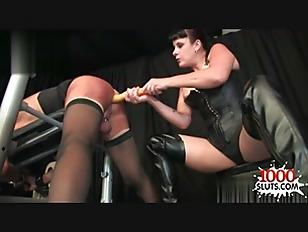 Punition et sodomie d'un soumis par une domina en cuissardes et corset en cuir