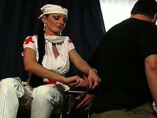 Domina infirmiere sur un soumis questionne