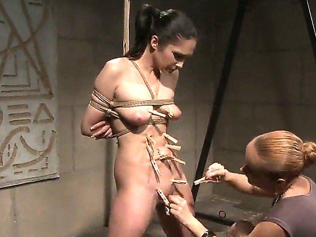 Shibari et pinces à linges pour une brune