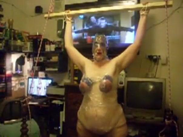Torture des seins à partir d'un bondage extrêmement serré