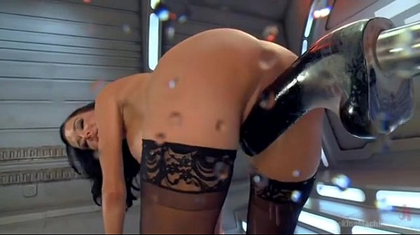 Brunette fontaine insatiable et sa fucking machine