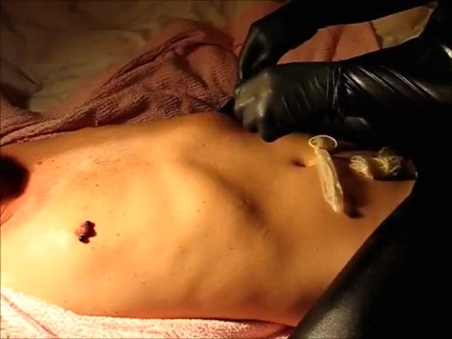 Belle domina blonde dans une seance sensuelle de lechage de tetons