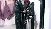Domina et son esclave, belles tenues latex