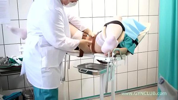 Une fille se fait entièrement inspecter par son Gynécologue