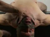 Soumis offre sa bouche et son sexe à son maître