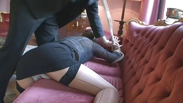 Soumise en chienne et une femme travaillée en sm par un homme sadique.