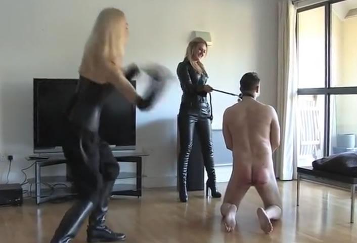 Deux dominas blondes s'amusent d'un soumis en lui fouetant tout le corps petit a petit