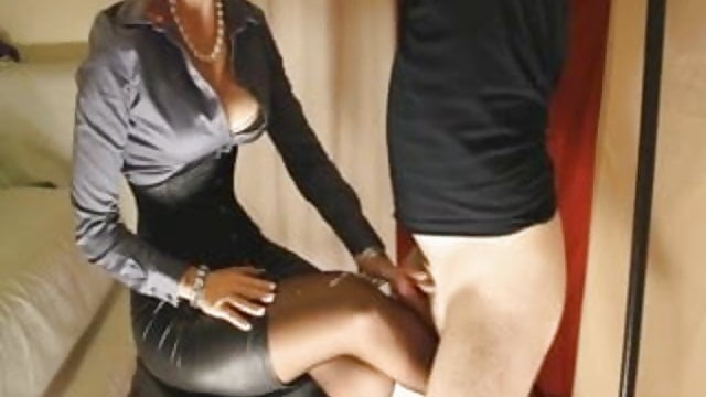 Une dominatrice branle un soumis qui éjacule sur ses collants