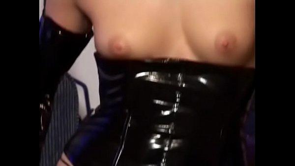 Une Pornstar enfile méticuleusement son habit de latex